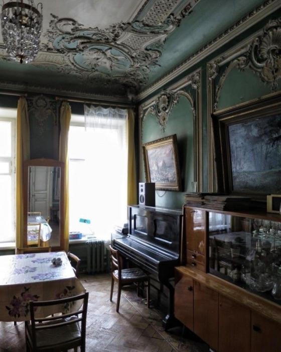 Коммунальная квартира, которая разделена на множество небольших комнат.