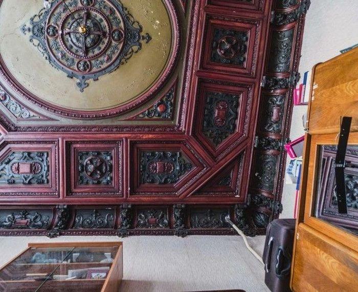 Богатые потолки и лепнина на стенах, принадлежали помещениям, в которых когда-то размещались хозяйские покои.