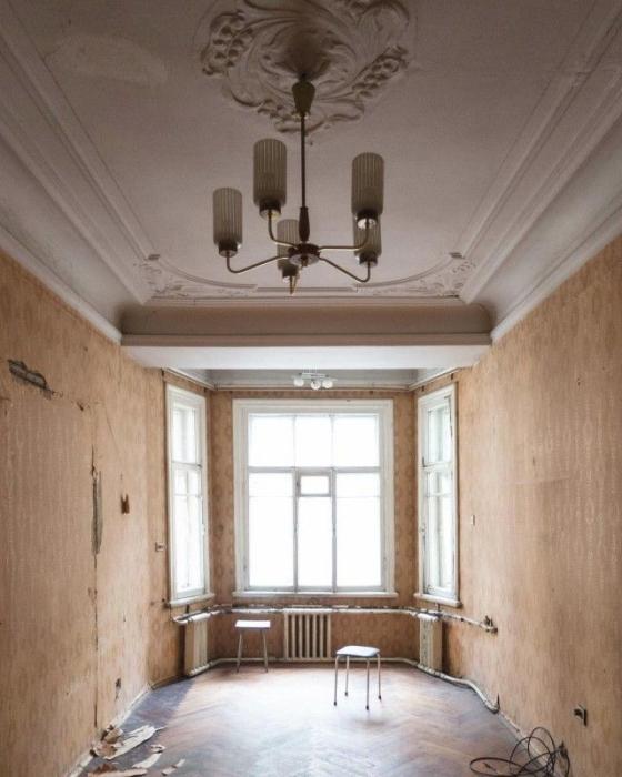 Высокие потолки - не редкость в старых домах Санкт-Петербурга.