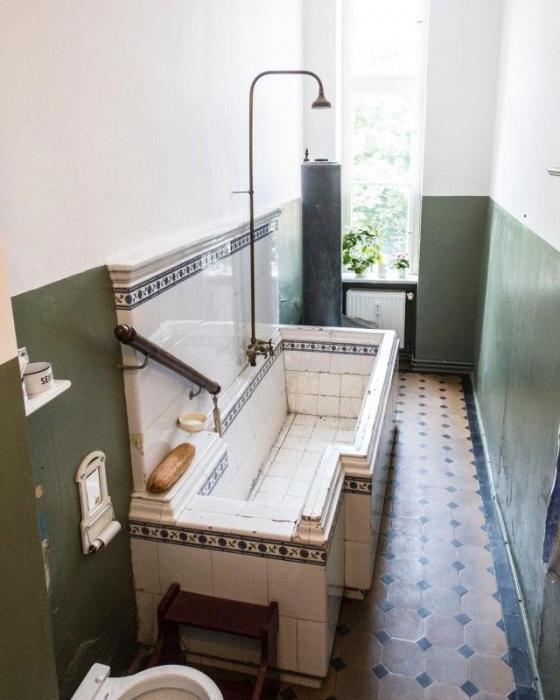 Ванна, выложенная дорогой керамической плиткой.