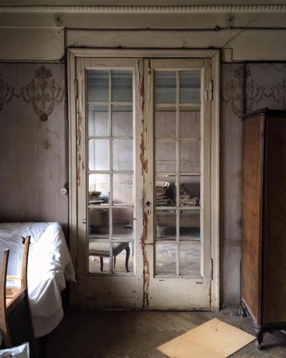 Обыкновенные двери в необыкновенной коммуналке.