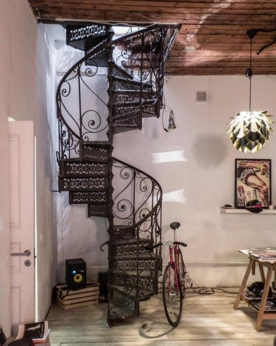 Винтовая лестница в жилую башню на Петроградке.