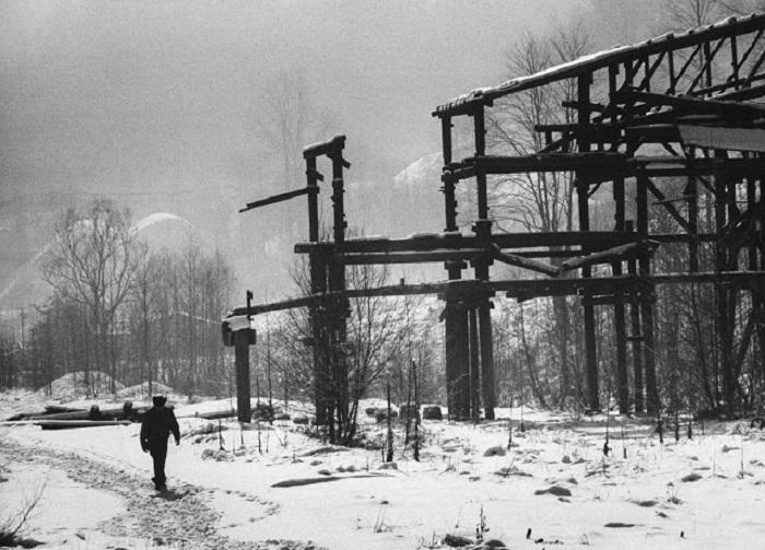 Заброшенные каменноугольные шахты и разрушенное здание крупнейшего горнодобывающего предприятия региона.
