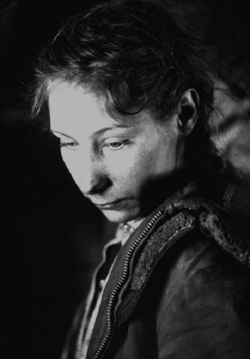 Портретный снимок девушки, которая всю свою жизнь прожила в долине.
