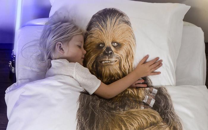 Нидерландский бренд SNURK запустил линию постельного белья с принтами героев саги «Звёздные войны»: Чубакки и Дарта Вейдера.