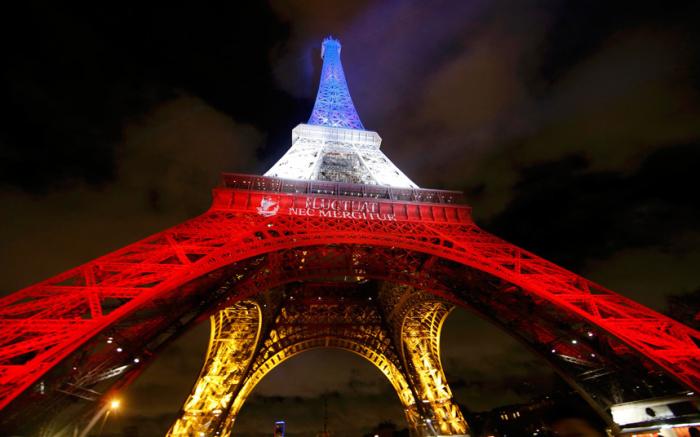 Подсветка Эйфелевой башни в память о жертвах терактов в Париже.