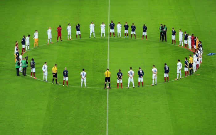 Футболисты соблюдают минуту молчания в память о жертвах терактов в Париже перед началом дружеского матча между командами Англии и Франции на стадионе «Уэмбли» в Лондоне.