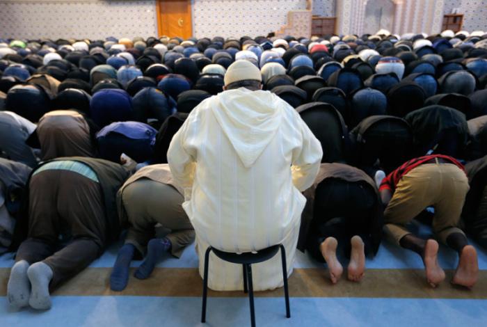 Молитва мусульман в мечети в Страсбурге спустя неделю после кровавых терактов в Париже.