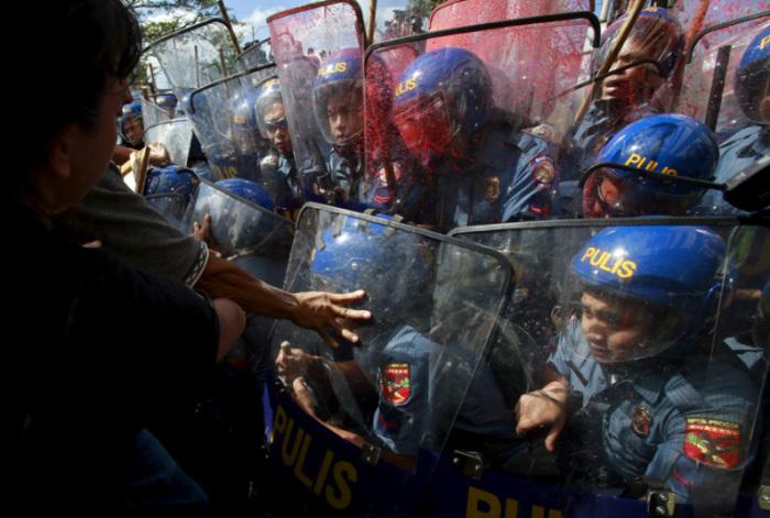 Столкновения возле места проведения форума Азиатско-Тихоокеанского экономического сотрудничества в Маниле, Филиппины.