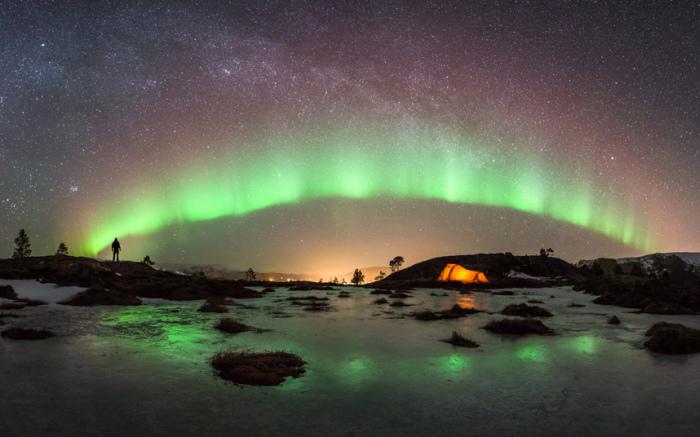 Северное сияние в небе над Хемнесбергетом, Норвегия.
