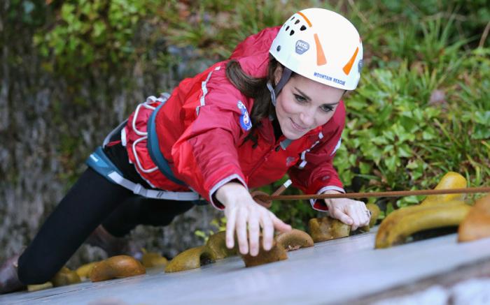 Кэтрин, герцогиня Кембриджская, занимается спортивным скалолазанием во время визита в образовательный центр для детей Towers Residential Outdoor Education Centre в городке Кейпел Кериг в Уэльсе.