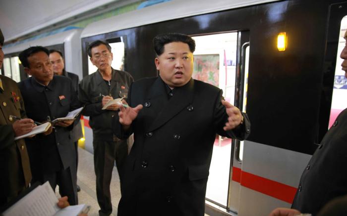 Северокорейский лидер Ким Чен Ын осматривает новый поезд метро и раздаёт советы по улучшению на станции «Кэсон» в Пхеньяне.