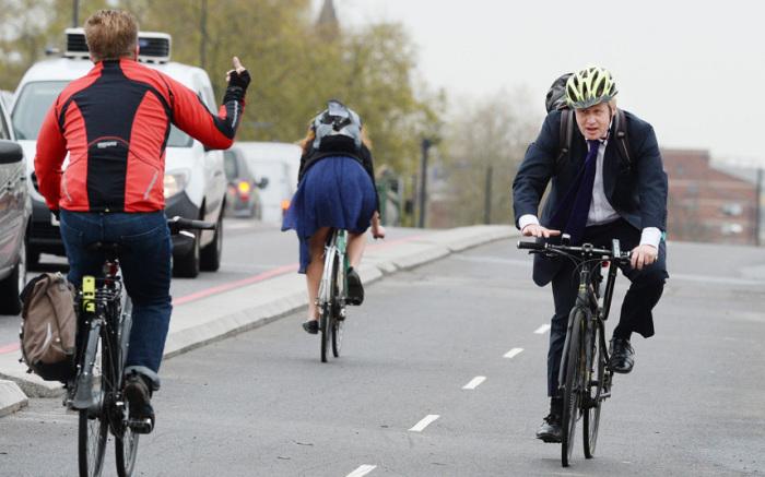 Жест последовал в адрес мэра Лондона Бориса Джонсона во время открытия нового участка велодорожки в столице Великобритании.