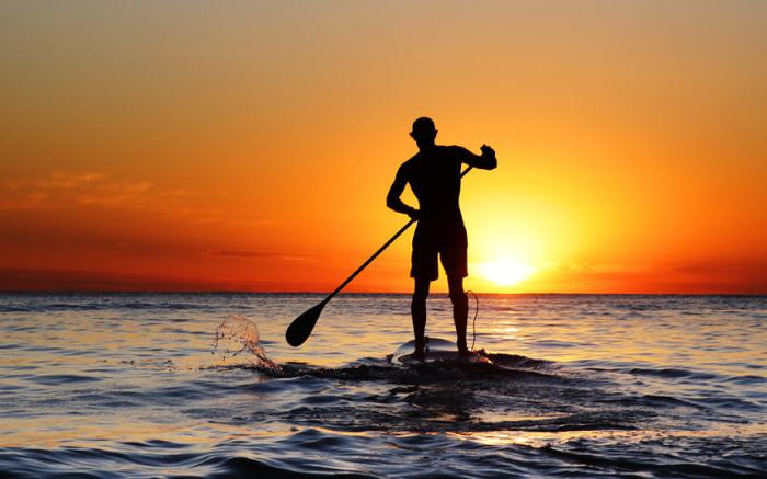 Мужчина занимается серфингом с веслом у берегов Кронуллы в Сиднее, Австралия.