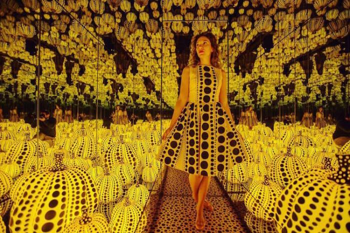 «Бесконечные зеркала» создала японская художница Яёи Кусама (Yayoi Kusama).