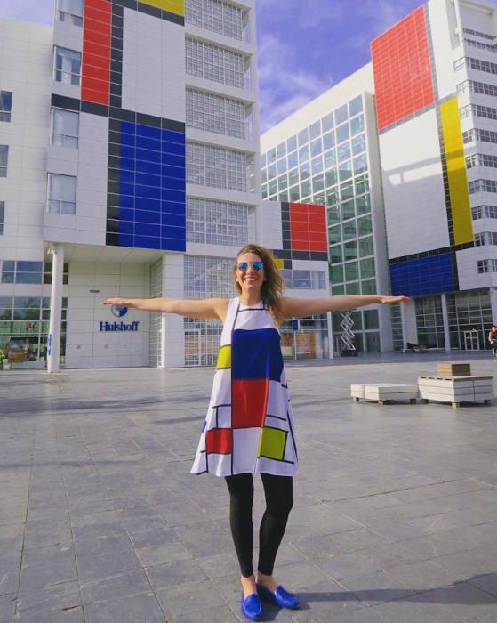 Картина, изображенная на здании мэрии города Гааги, посвящена нидерландскому художнику Питу Мондриану (Piet Mondrian).
