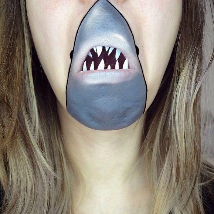 Девушка с помощью макияжа превращает свои губы в мультяшных героев.