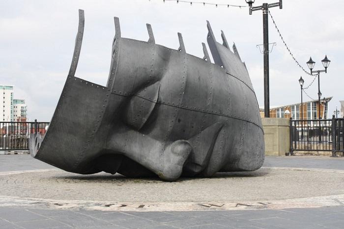 Памятник морякам торгового флота находится в Кардиффе, столице Уэльса.