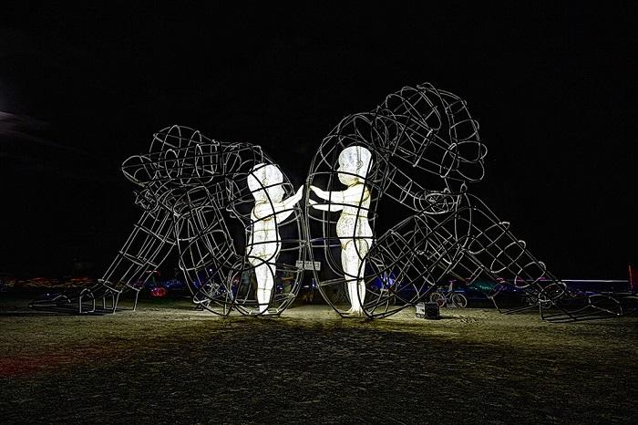 Скульптура, изображающая сцену конфликта между мужчиной и женщиной, внутри которых живут маленькие дети.