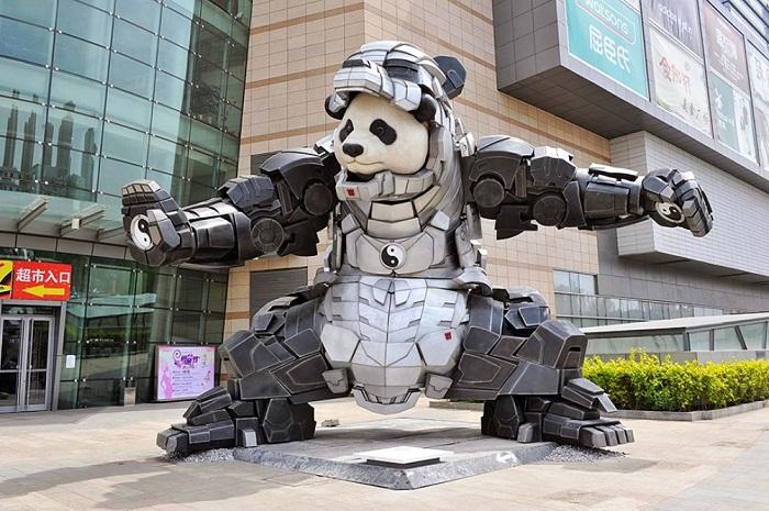 Скульптора вполне очевидно характеризует символ восточного мистицизма на ладони панды.