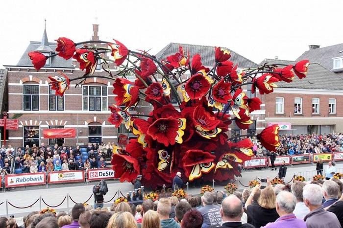 В фестивале цветов в Голландии приняли участие 19 команд добровольцев, большинство из которых вдохновились работами великого Винсента Ван Гога.