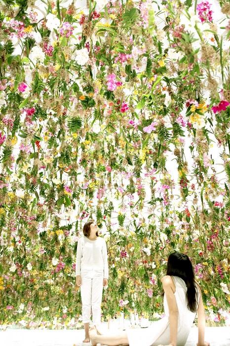 В работе пользовано более 2300 живых цветов.