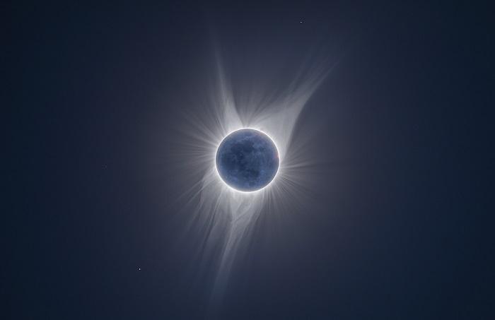 Во время солнечного затмения яркость солнечной короны скрывает Луна.