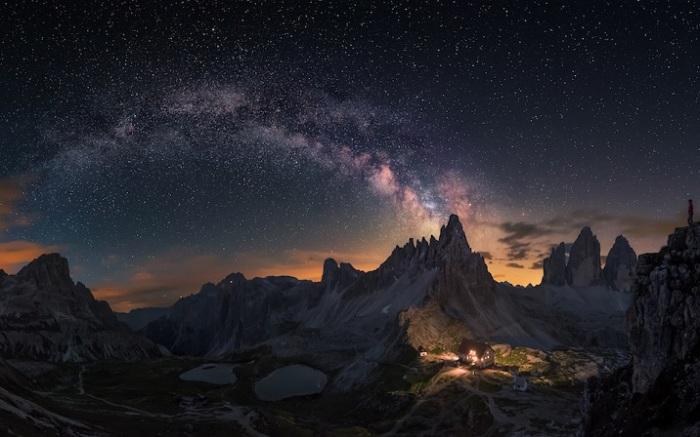 Панорамное изображение из восьми фотографий сделано над скалистыми Доломитами.