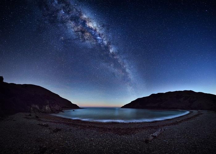 Великолепный Млечный Путь, как видно в Кабель-Бей недалеко от Нельсона, Новая Зеландия.