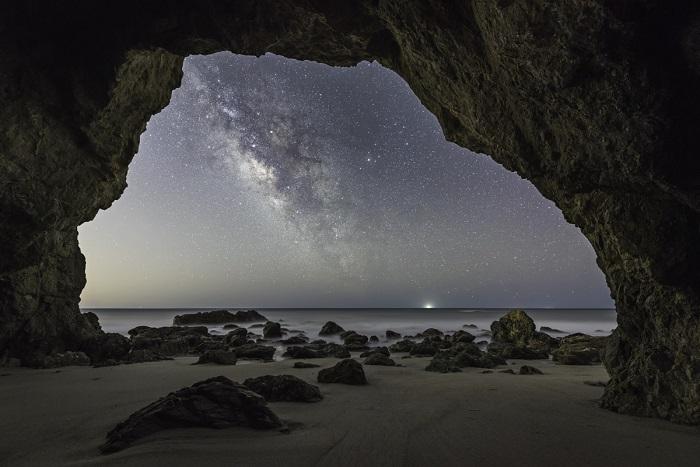 Галактика Млечного Пути в морской пещере, расположенной в 40 км от центра Лос-Анджелеса.