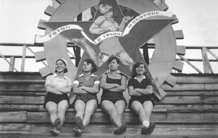 Физкультурницы после парада, вторая половина 1930-х годов.