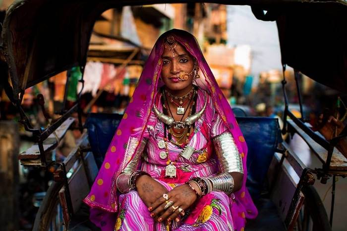 Женщина в национальной праздничной одежде с покрытой головой.