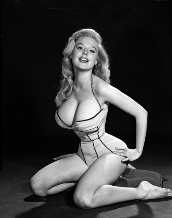 Модные издания поощряли женщин распрощаться с худобой, набрать вес и стать более округлыми.