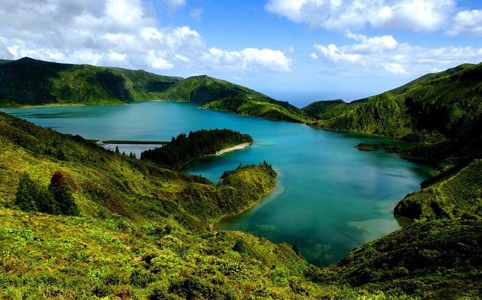 Азорский архипелаг – группа островов вулканического происхождения.