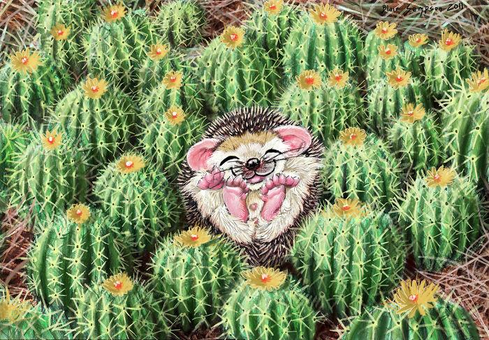 Довольный ежик на куче кактусов.