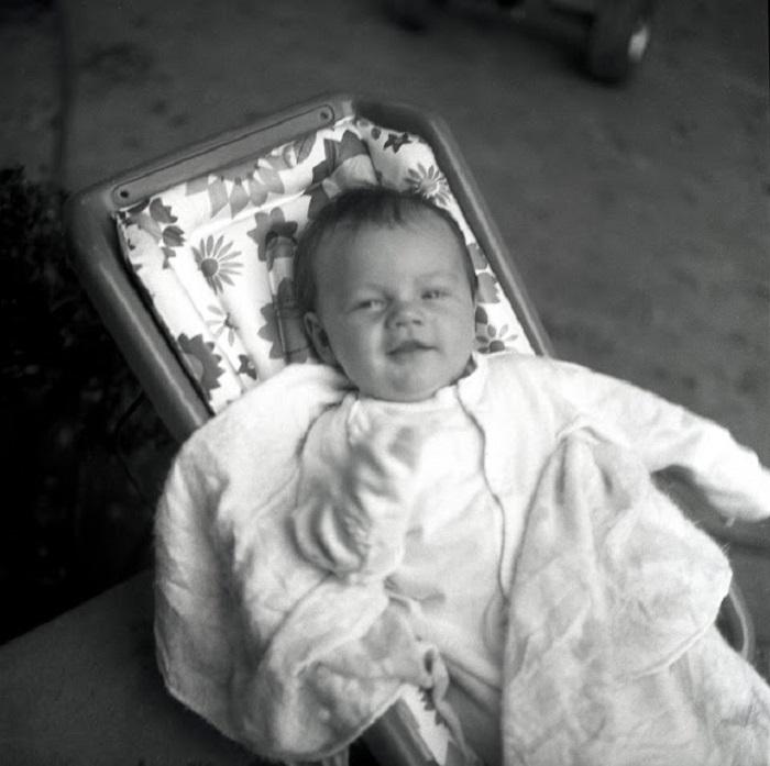 Малыш в столь юном возрасте уже умел держать себя перед камерой.