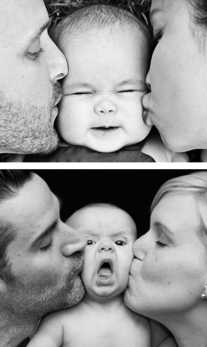 Родители, нежно целующие своего маленького ребёнка.