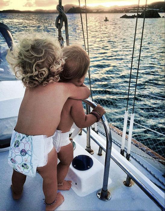 Близняшки вместе с родителями и старшей сестрёнкой плавают на судне.
