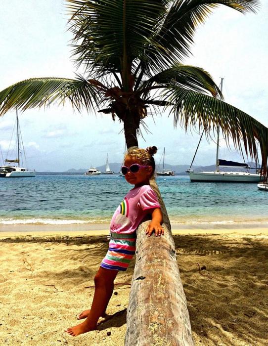 С 6 месяцев Исла путешествует с родителями, еще до своего двухлетия она проплыла 5 тыс. морских миль.