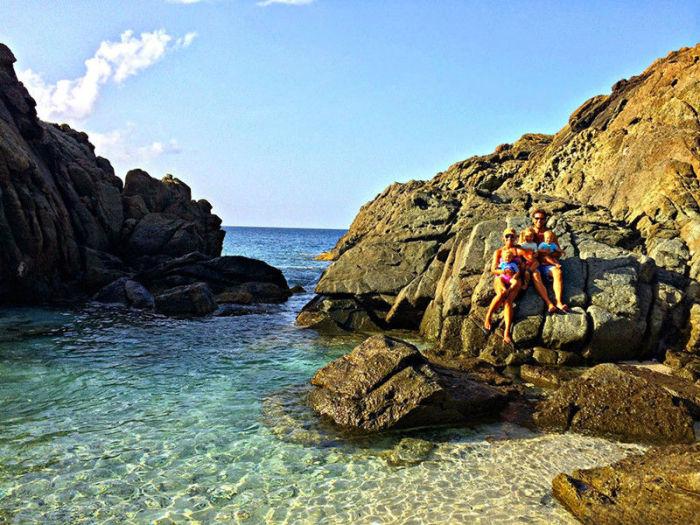 Счастливая пара с детьми на острове Йост-ван-Дейк.