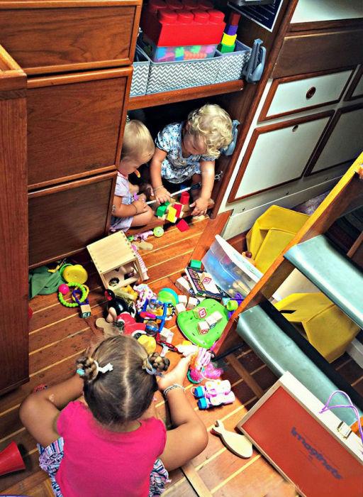 Место для хранения игрушек, которые дети взяли с собой на судно.
