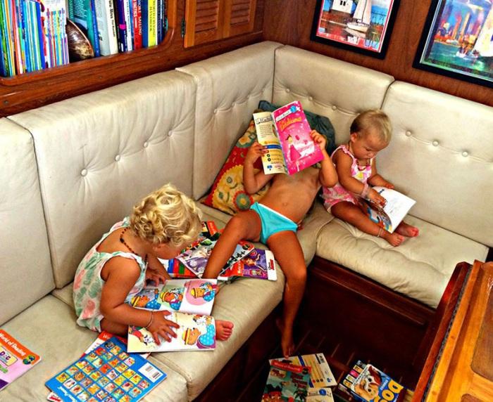 Девочки пока не умеют читать, но они проводят много времени, разглядывая картинки.