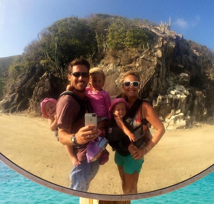 Семейная пара, которая воспитывает своих маленьких детей на паруснике в Карибском море.