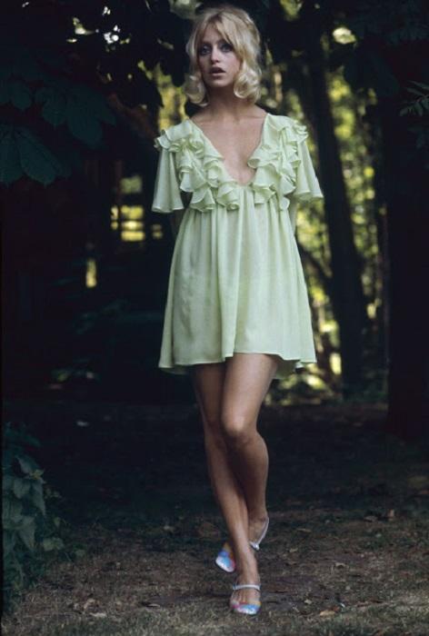Короткие платья, отделанные рюшами, воланами и кружевами, делали девушек похожими на высоких фарфоровых кукол.