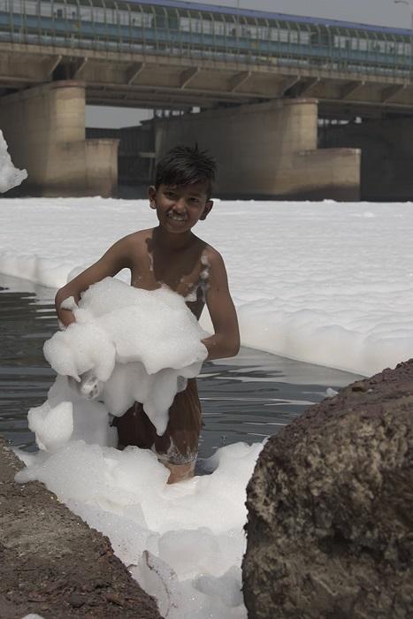 Масштабное загрязнение сточными водами и химическими отходами привело к тому, что жизнь в реке практически исчезла.