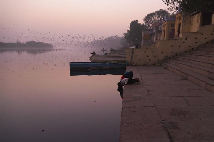 На части фотографий священная для индуистов река Джамна предстает величественной и прекрасной.