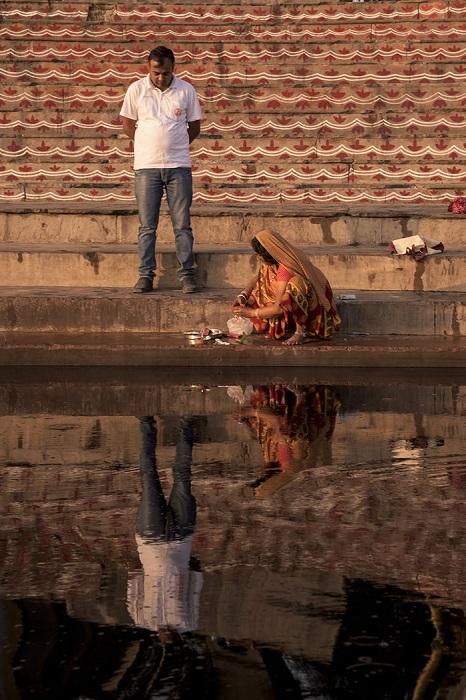У специально построенных ступенчатых спусков к реке часто можно увидеть людей, готовящихся к молитве.