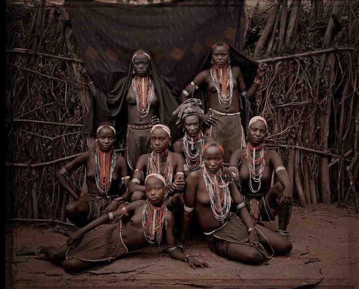 Племя отличается от других племен многочисленными разноцветными бусами.