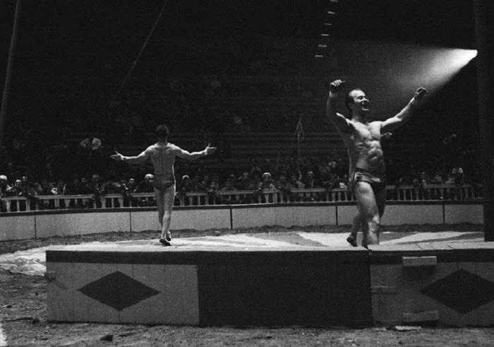Акробаты на арене каталонского цирка.