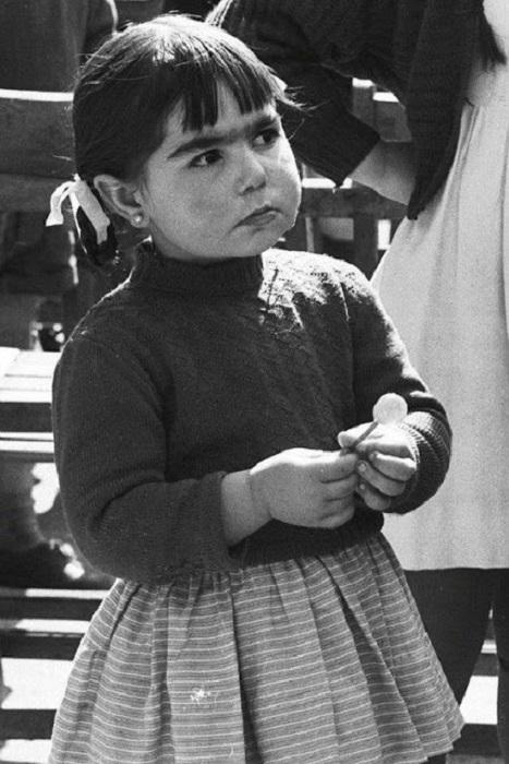 Девочка с Чупа-чупсом.